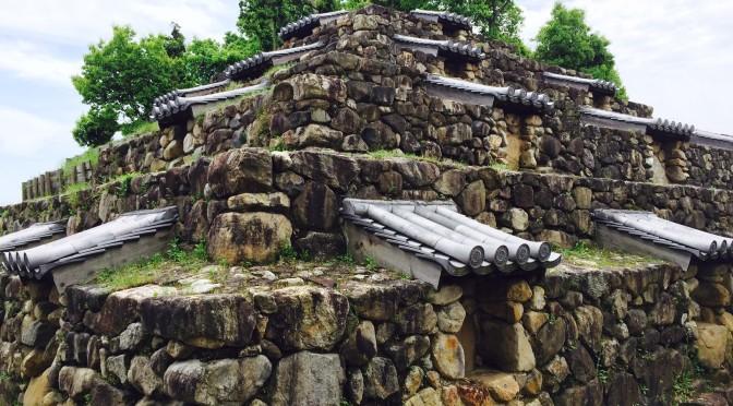 住宅街のど真ん中にピラミッド型の史跡   頭塔